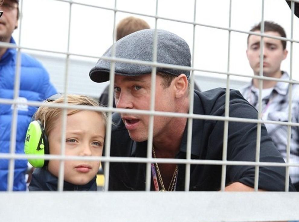 День отца: Брэд Питт с сыном на мотогонках