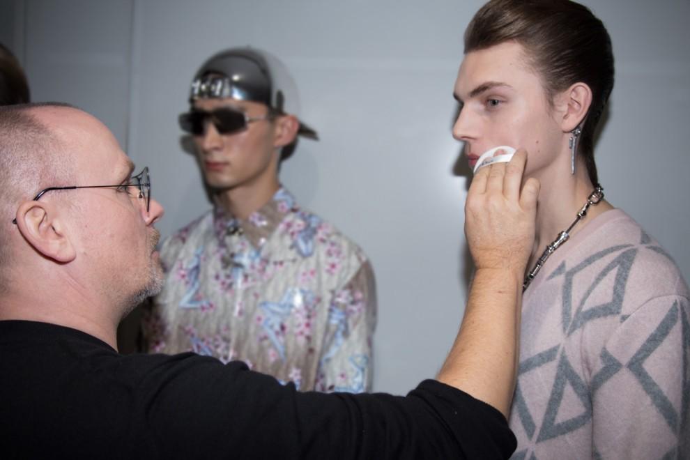 Футуристичні наклейки на шоу Dior Homme в Токіо