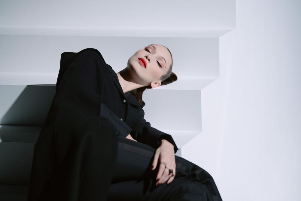 У чорній-чорній кімнаті: Белла Хадід у новому відео Dior