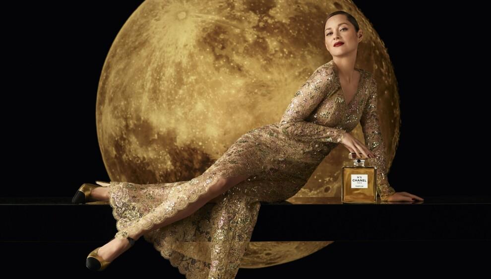Маріон Котіяр танцює на Місяці в кутюрній сукні Chanel