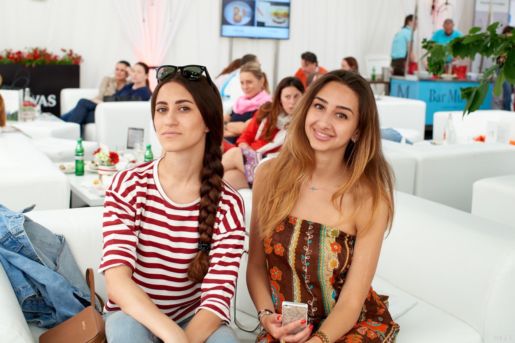 Тина Сизонова (слева)