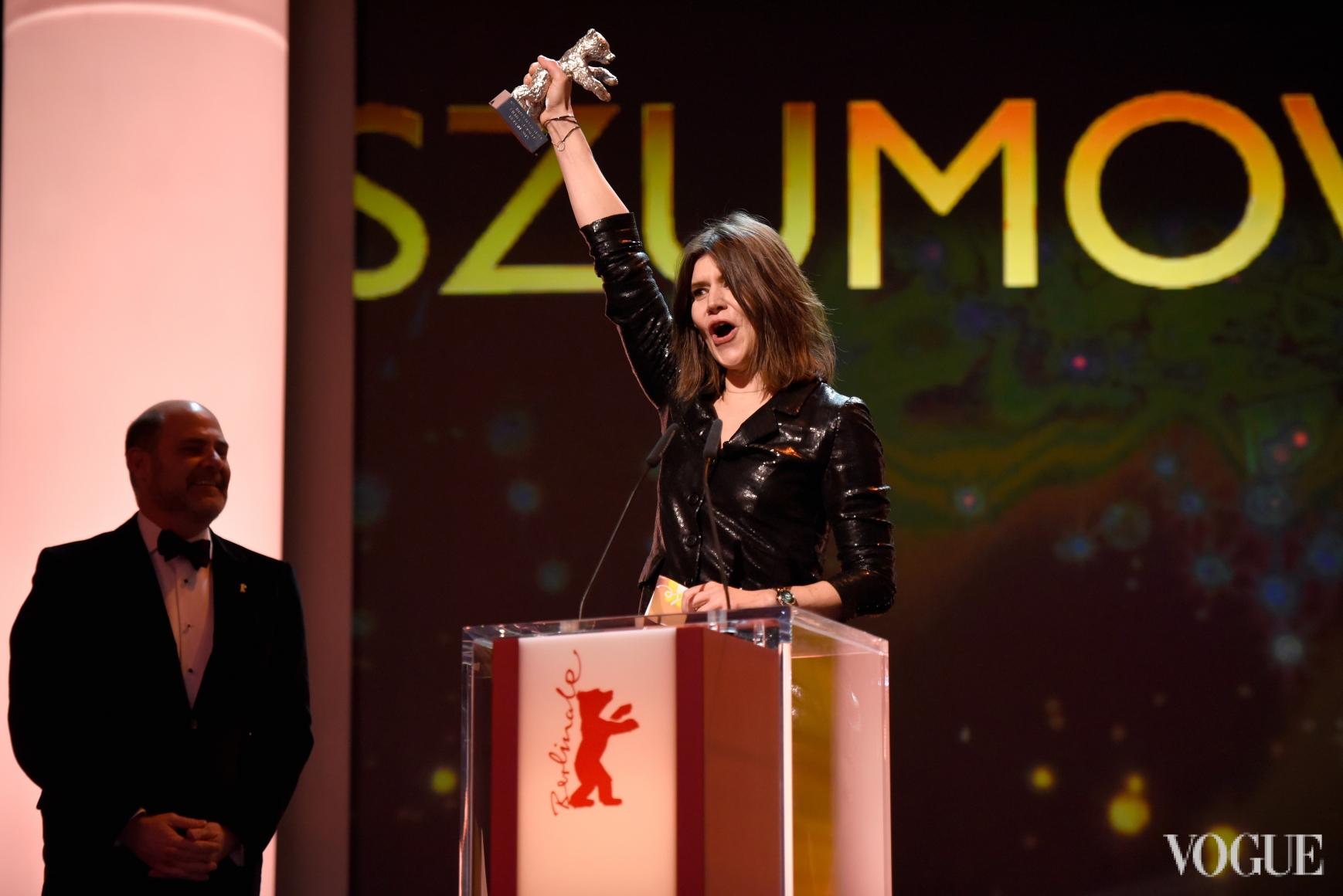 Малгожата Шумовская получает приз за лучшую режиссуру