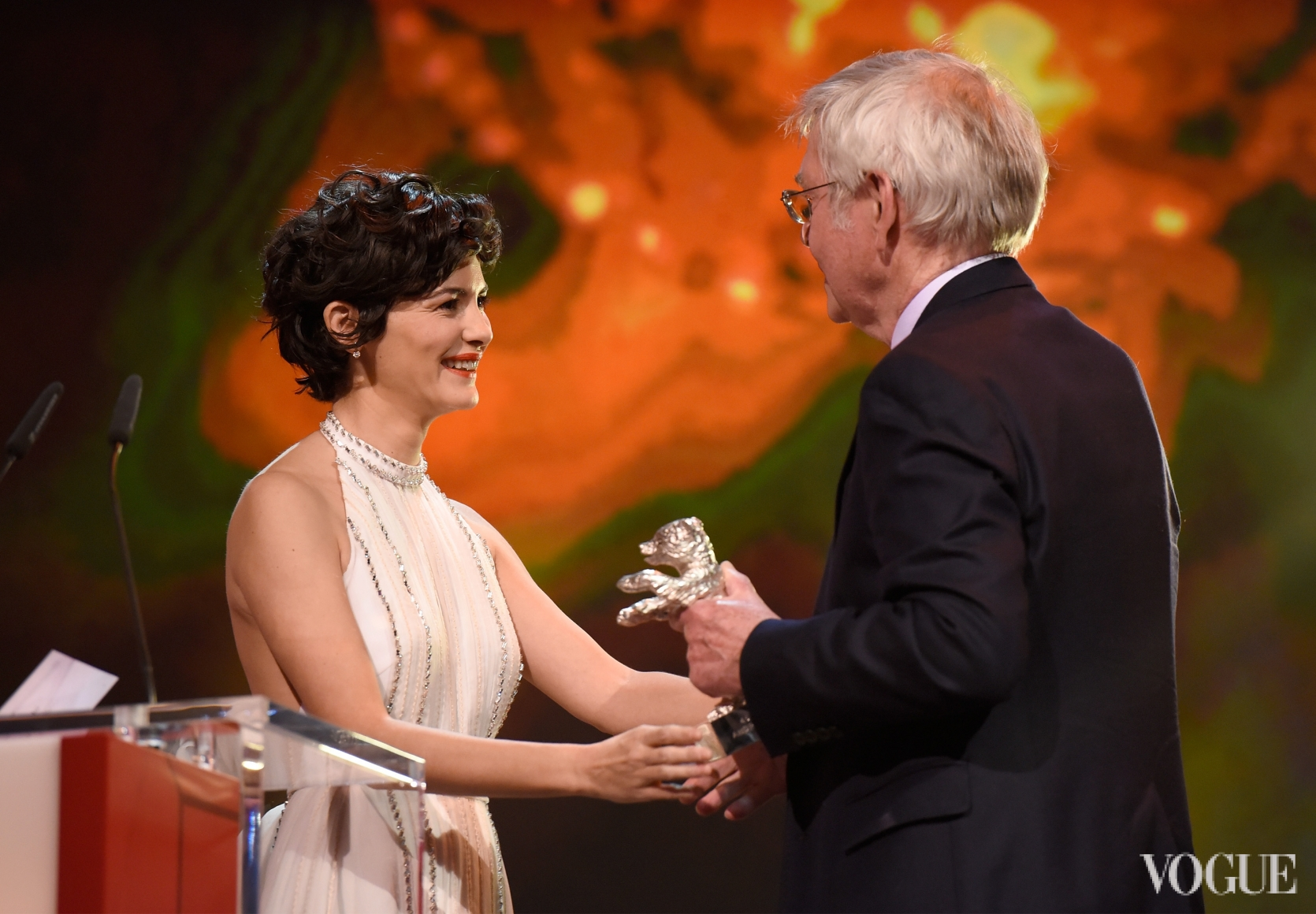 Одри Тоту награждает Тома Кортни