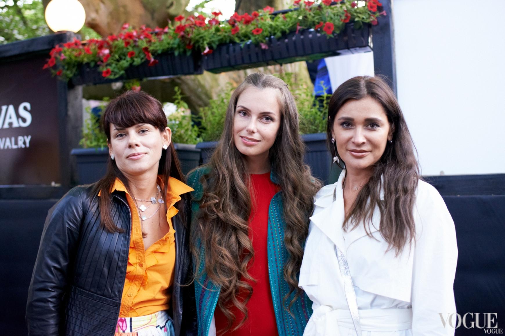 Елена Мигдисова с подругами