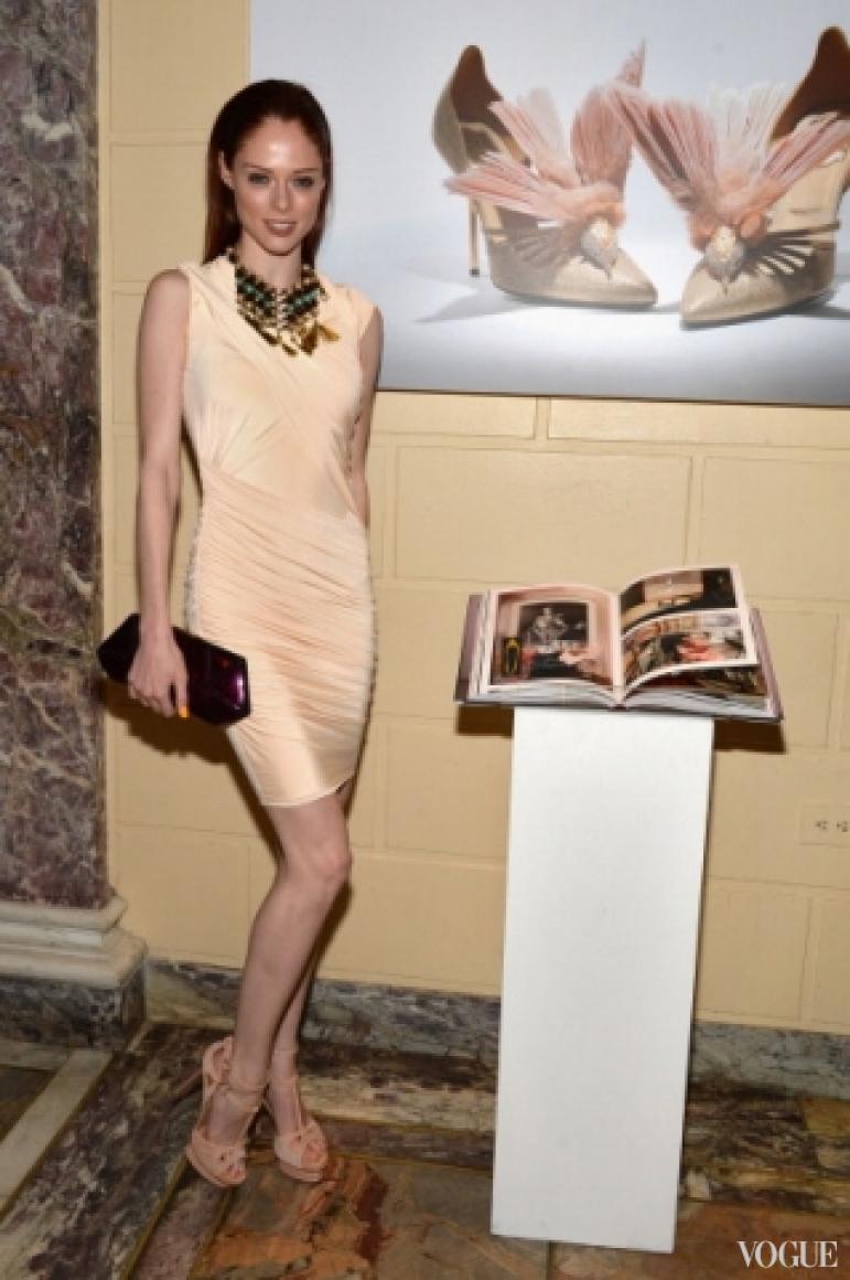 Коко Роша в платье Greta Constantine, босоножки и клатч – Roger Vivier