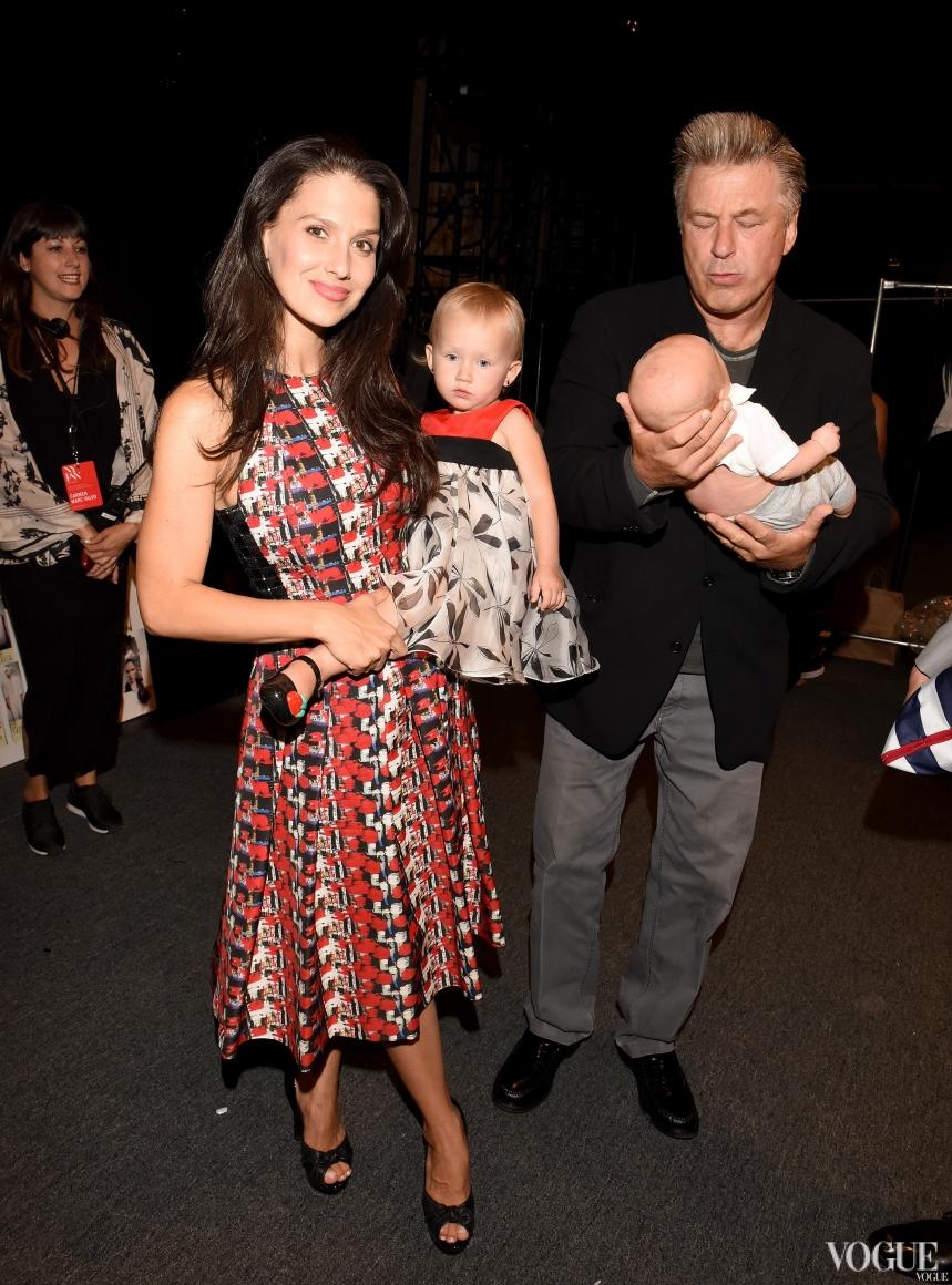 Алек Болдуин вместе с женой Хилари Томас и двухлетней дочерью Кармен и двухмесячным сыном Рафаэлем