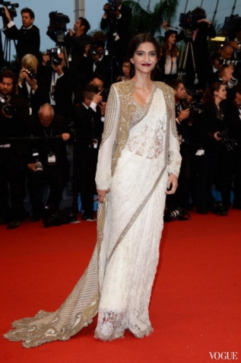 Сонам Капур в платье Anamika Khanna Couture
