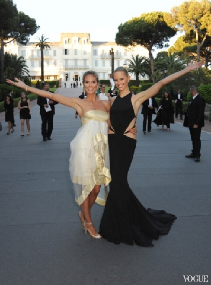 Хайди Клум в платье Marchesa Spring 2013 и Каролина Куркова в платье Roberto Cavalli