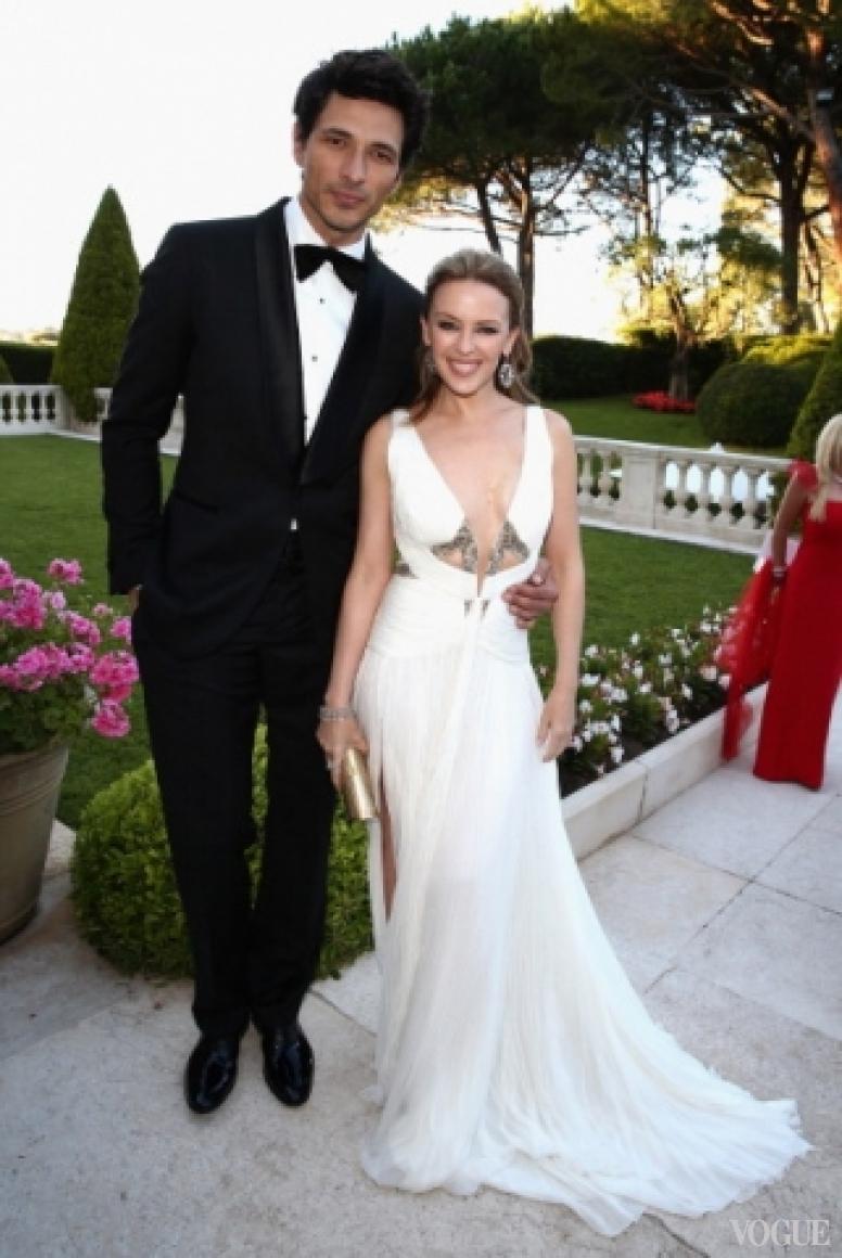 Андрес Велекосо в костюме Roberto Cavalli и Кайли Миноуг в платье Cavalli