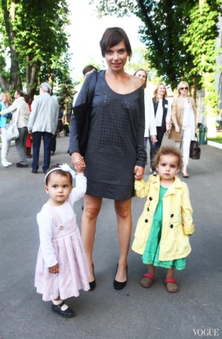Ирена Карпа с дочерьми Корой и Кайей