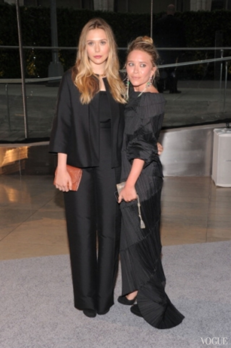 Элизабет Олсен в The Row и Мэри-Кейт Олсен в винтажном платье Issey Mikyake