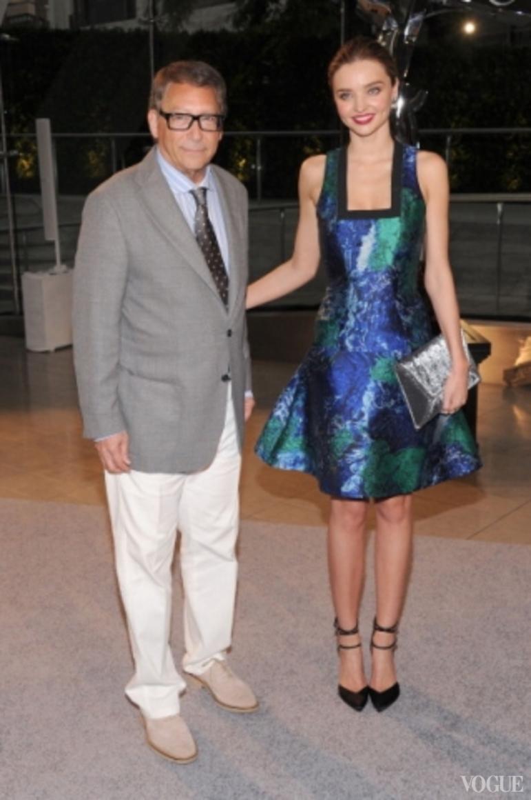 Стюарт Вайтцман и Миранда Керр в платье Proenza Schouler