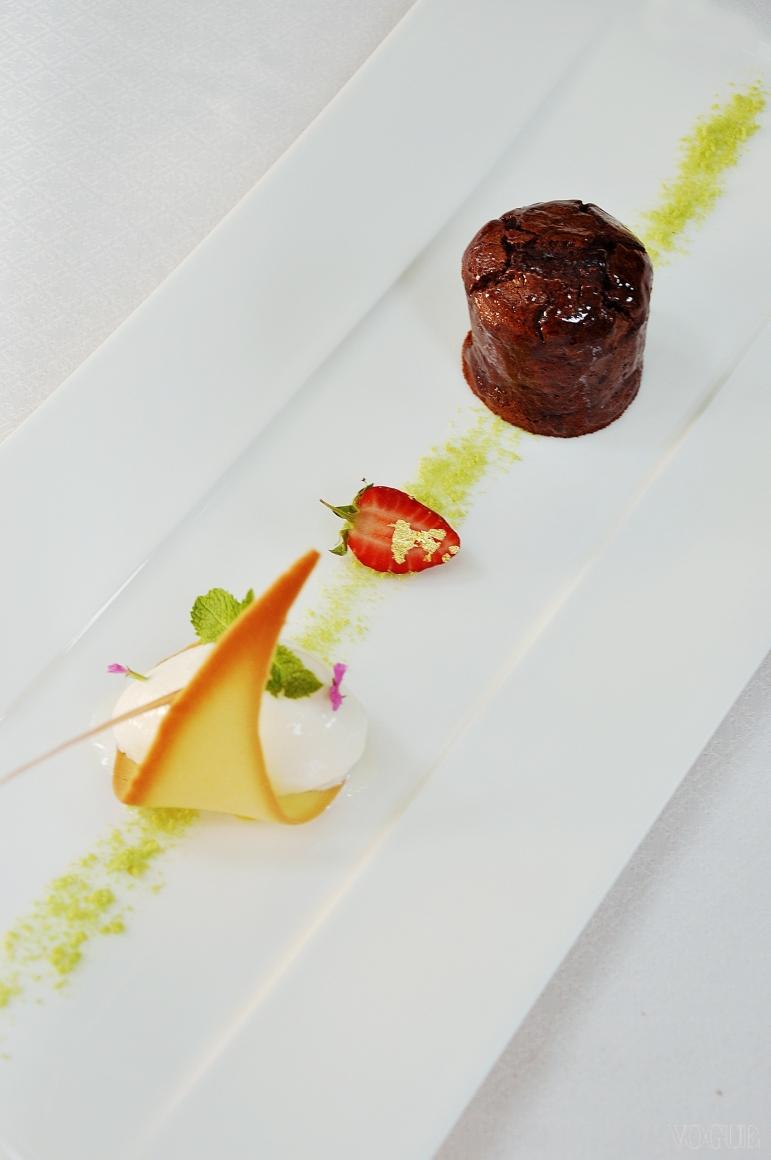 Шоколадный кейк  с малиновым Кюли и ванильным мороженым