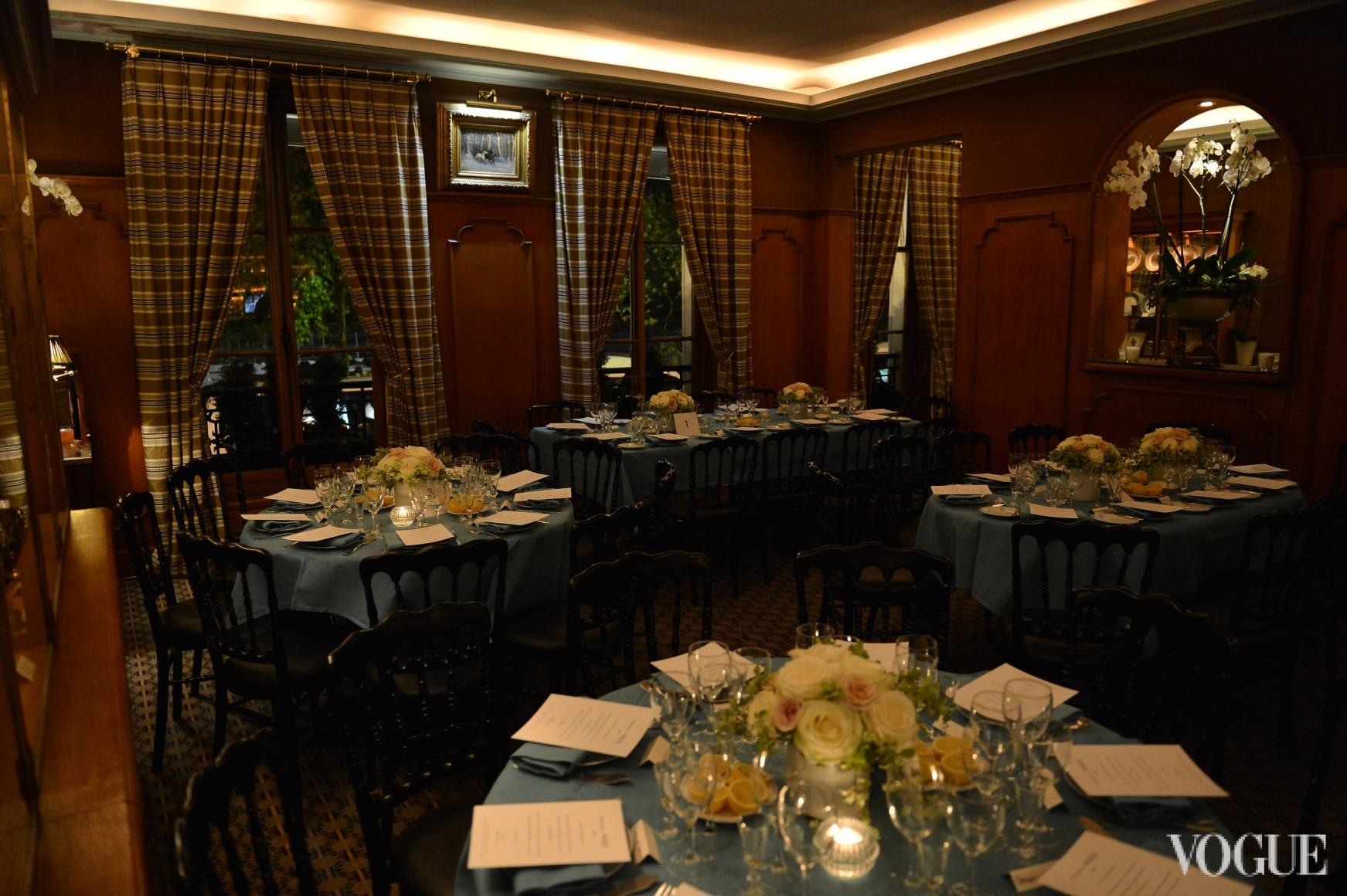 Зал ресторана Caviar Kaspia перед началом ужина