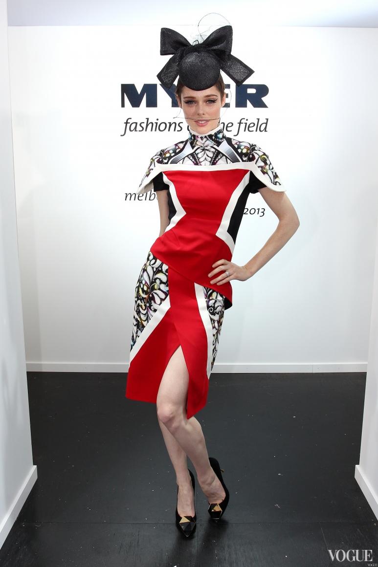 Коко Роша в платье Peter Pilotto и головном уборе Nerida Winter