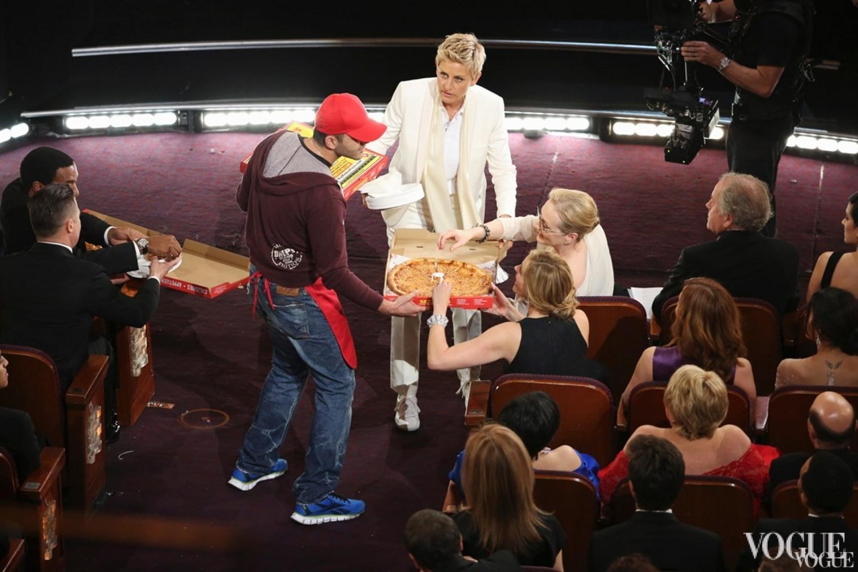 Эллен Дедженерис угощает пиццей артистов