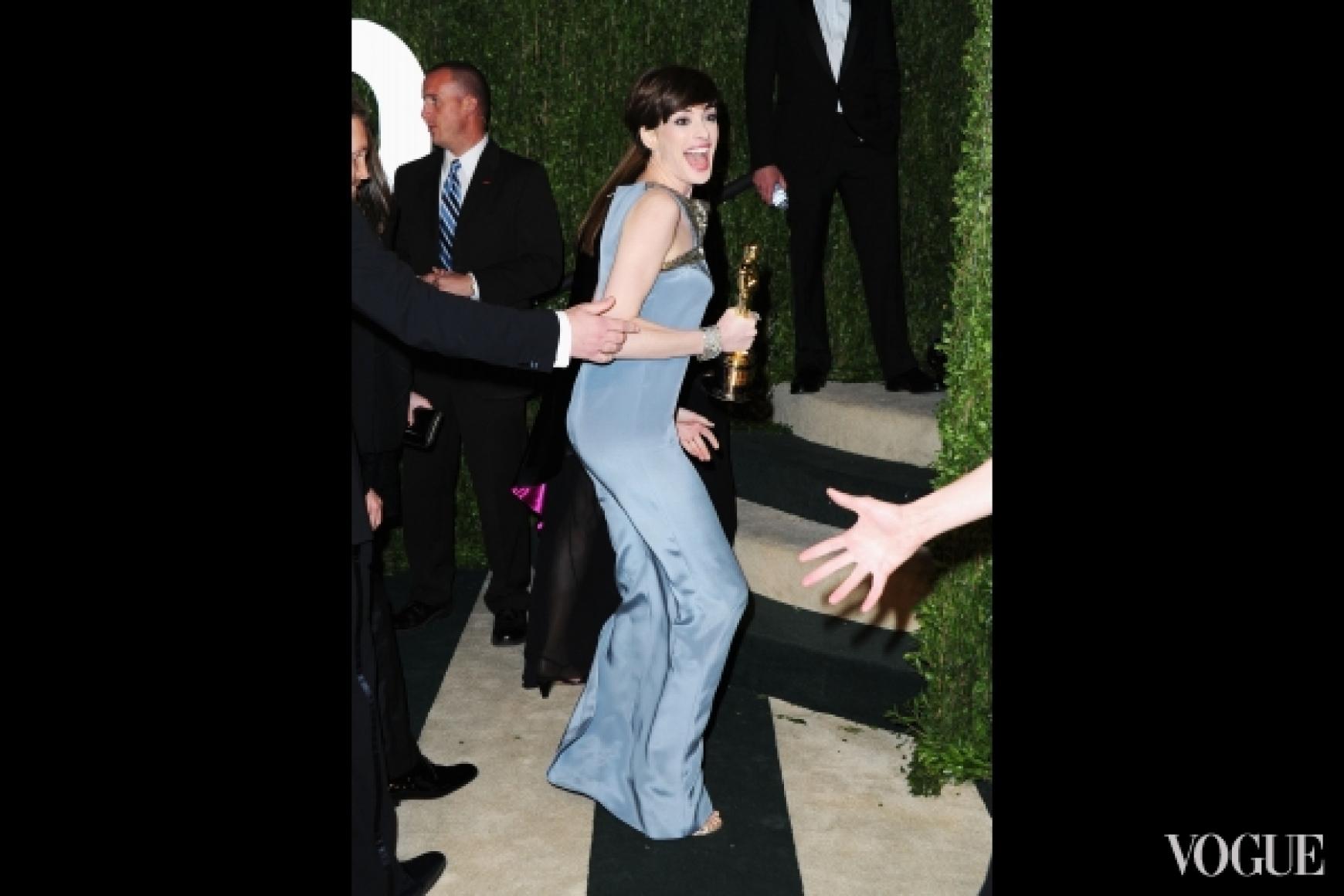 Энн Хэтэуэй в платье Saint Laurent