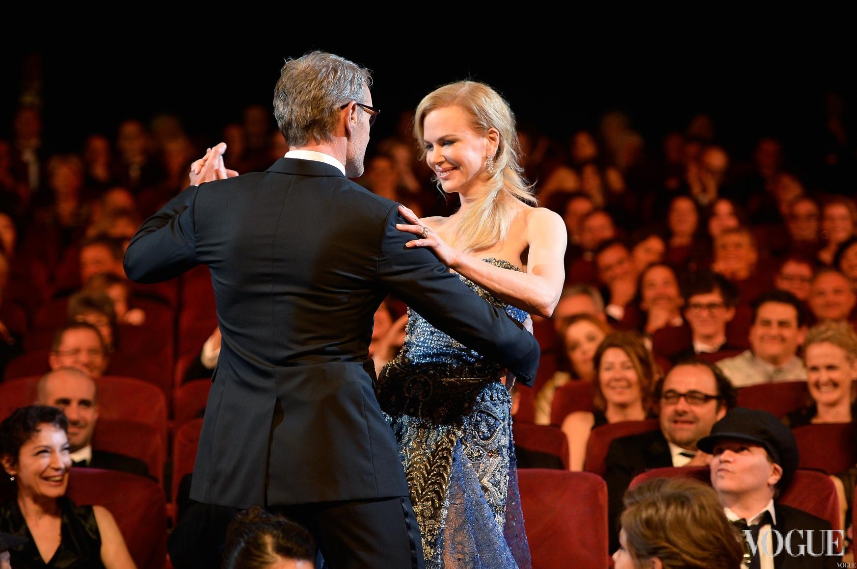 Николь Кидман танцует с Ламбертом Вильсоном, ведущим церемонии октрытия