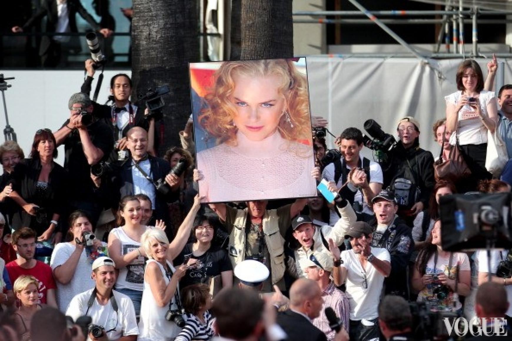 Фанаты встречают Николь Кидман плакатом с изображением аткрисы