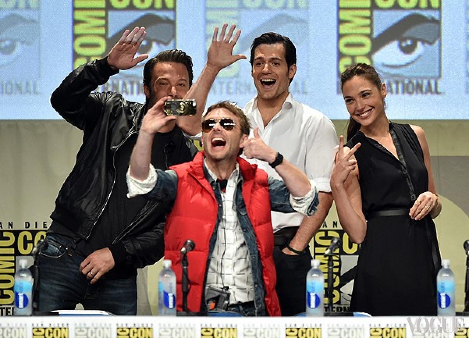 """Ведущий пресс-конференции делает селфи с актерами фильма """"Бетмэн против Супермена"""""""