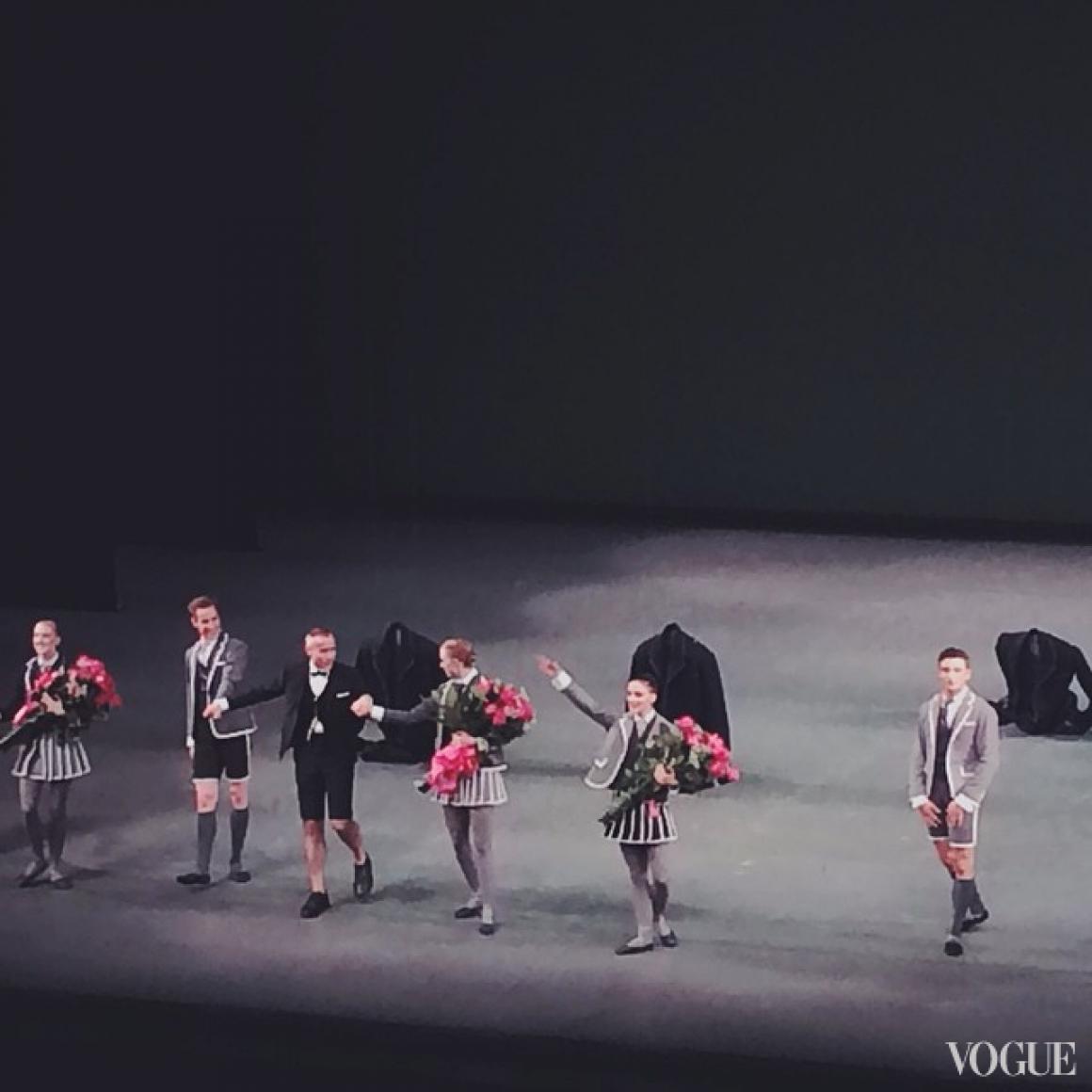 Том Браун и танцовщики в нарядах его авторства