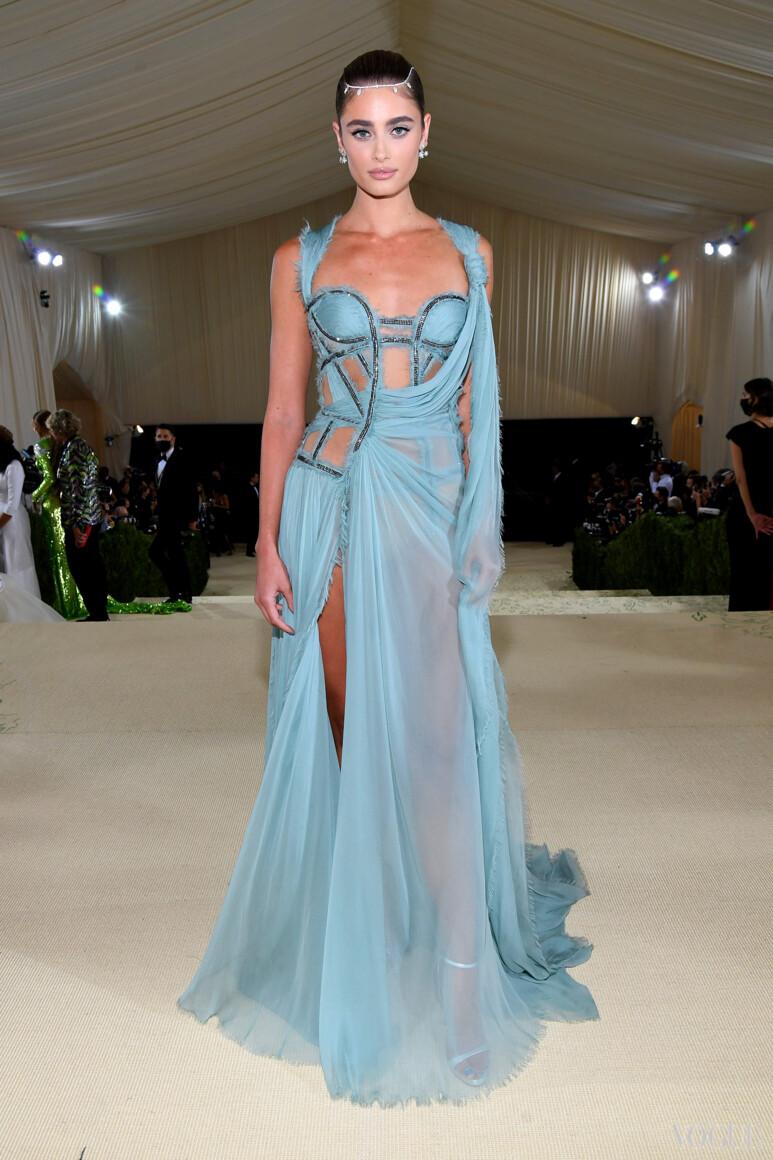 Тейлор Хилл в Versace