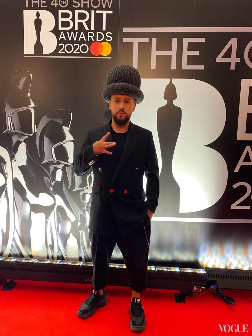 Monatik у піджаку Stella McCartney, капелюсі Marc Jacobs і кросівках Balenciaga