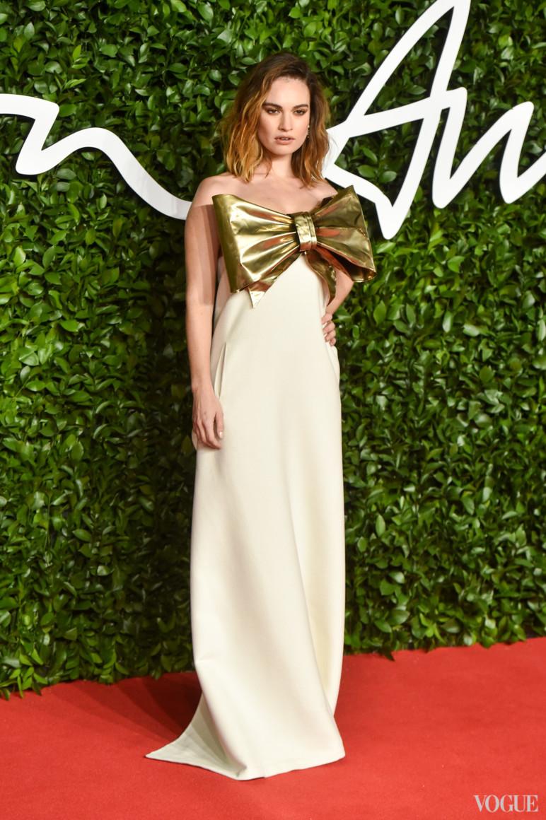 Лили Джеймс в Valentino Haute Couture
