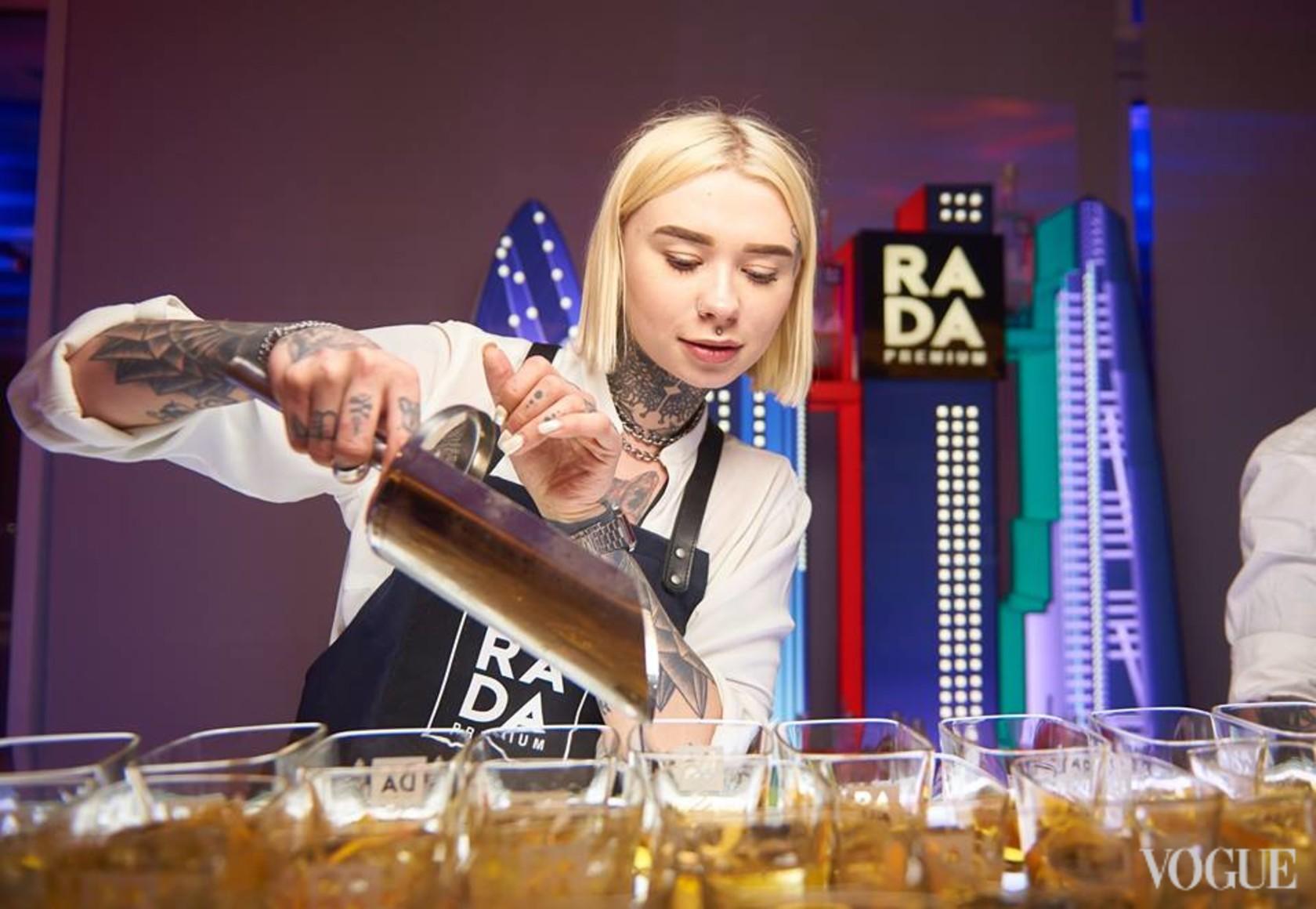 Гостей угощают коктейлями ТМ RADA Premium