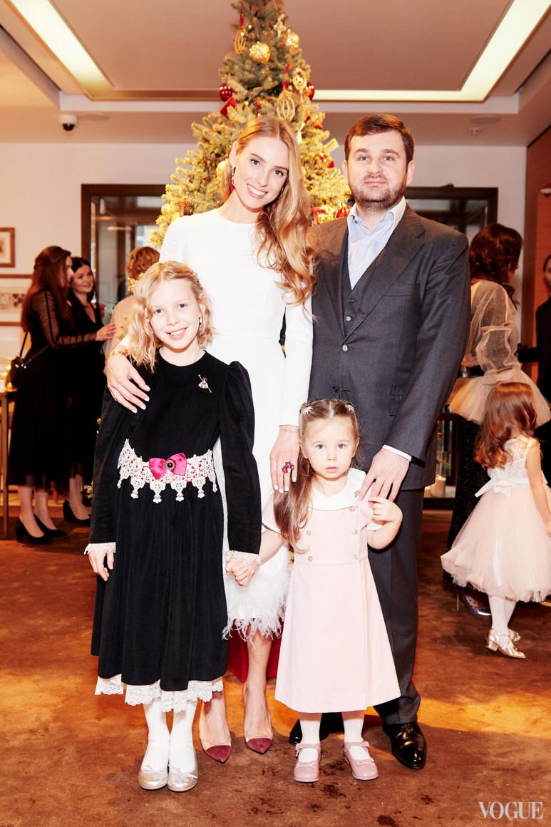 Александра Иванова с семьей