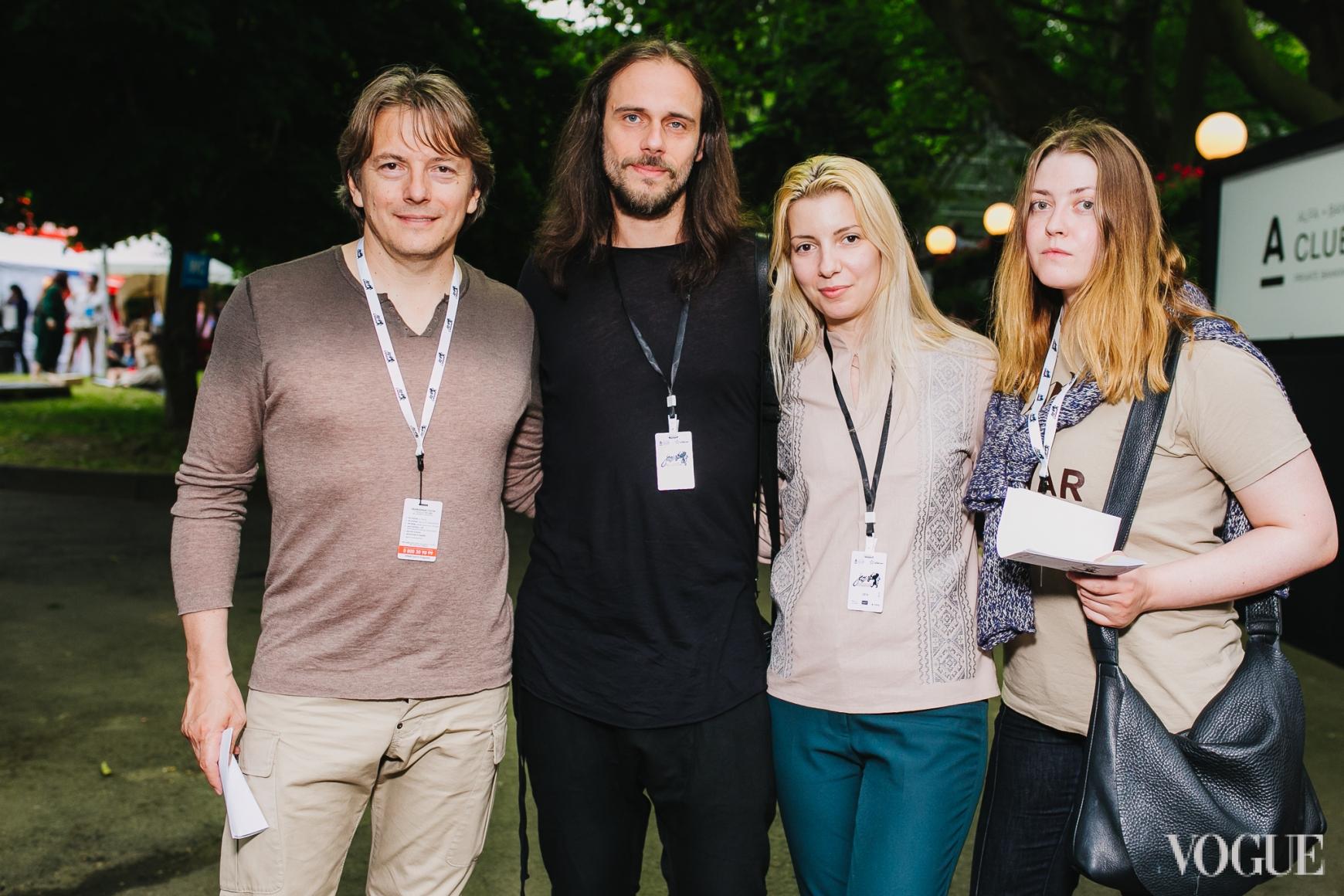 Владимир Опсеница (по центру) с друзьями