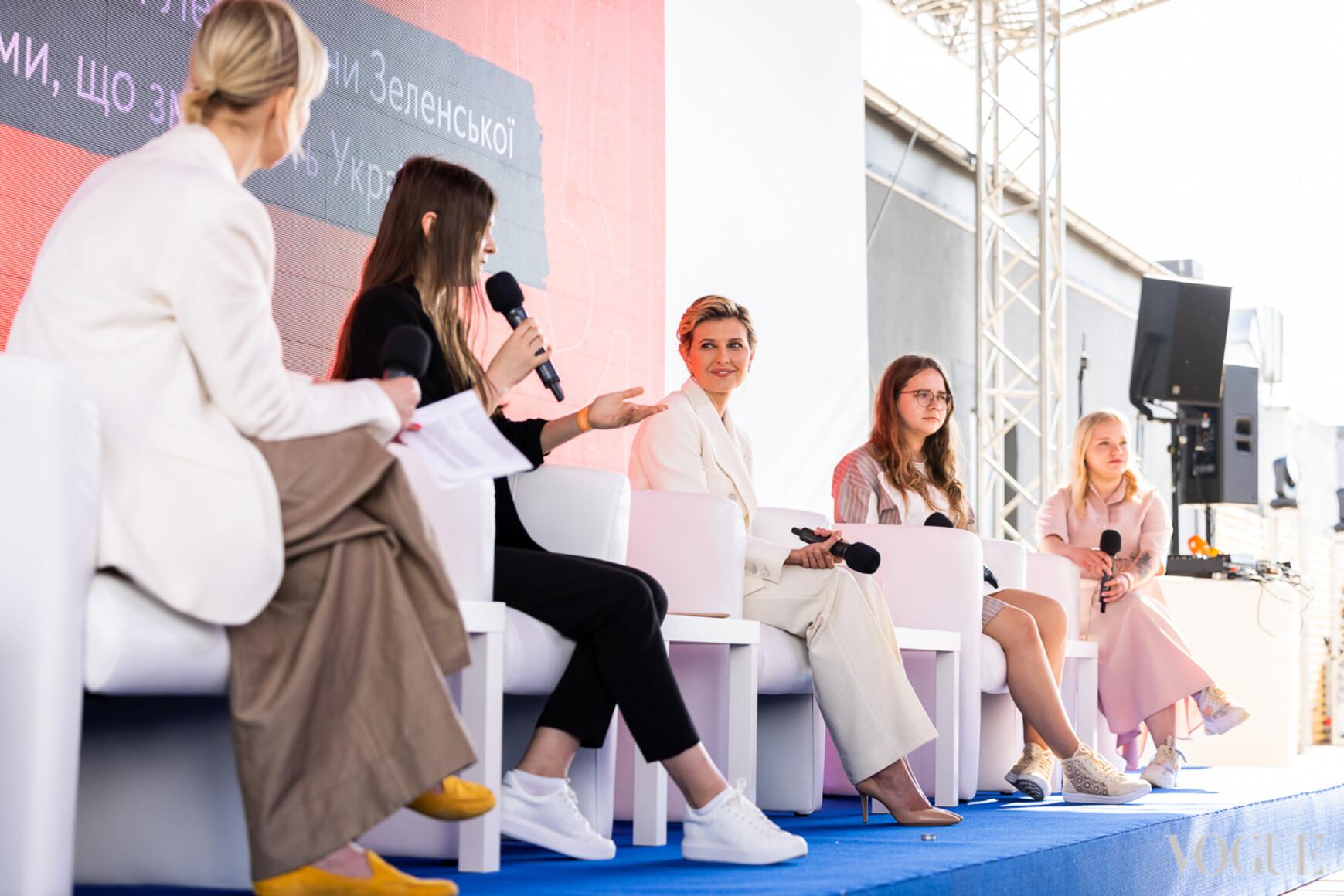 Елена Зеленская и участницы круглого стола
