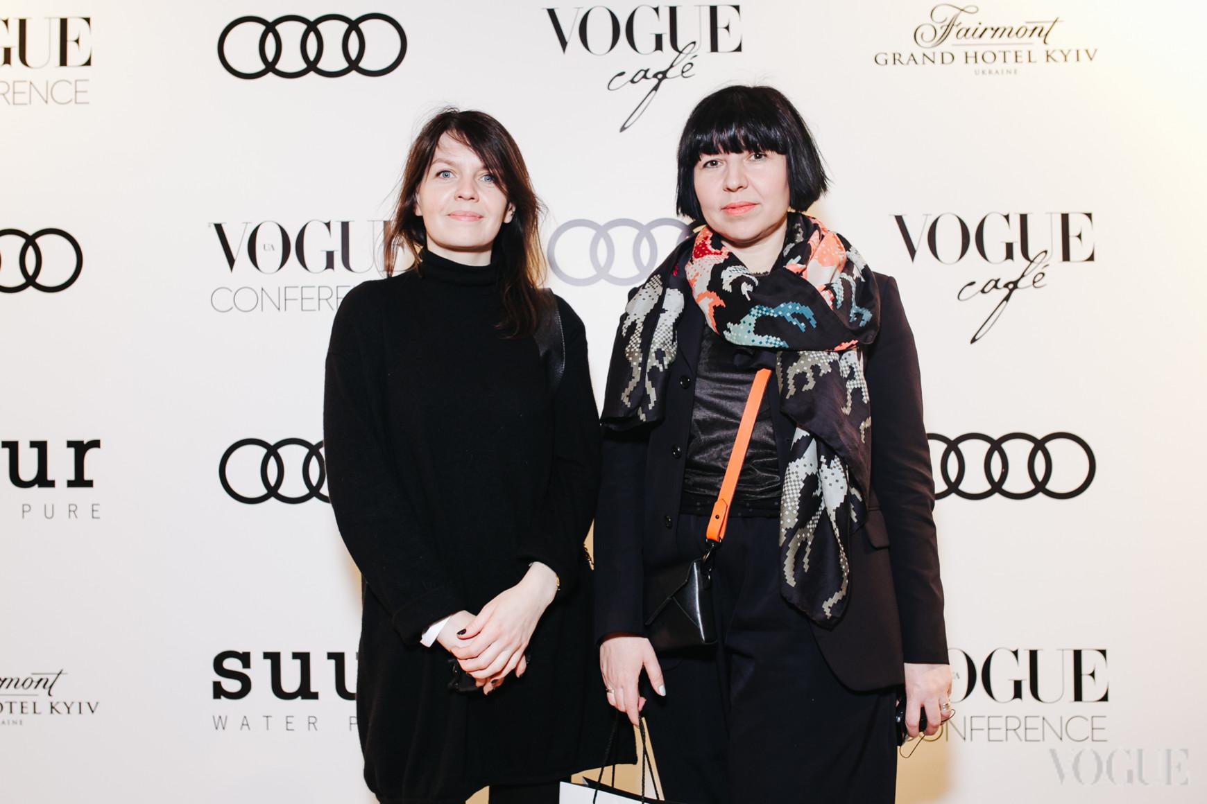 Елена Хилькова (справа)