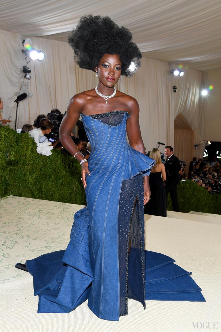 Люпита Нионго в Atelier Versace