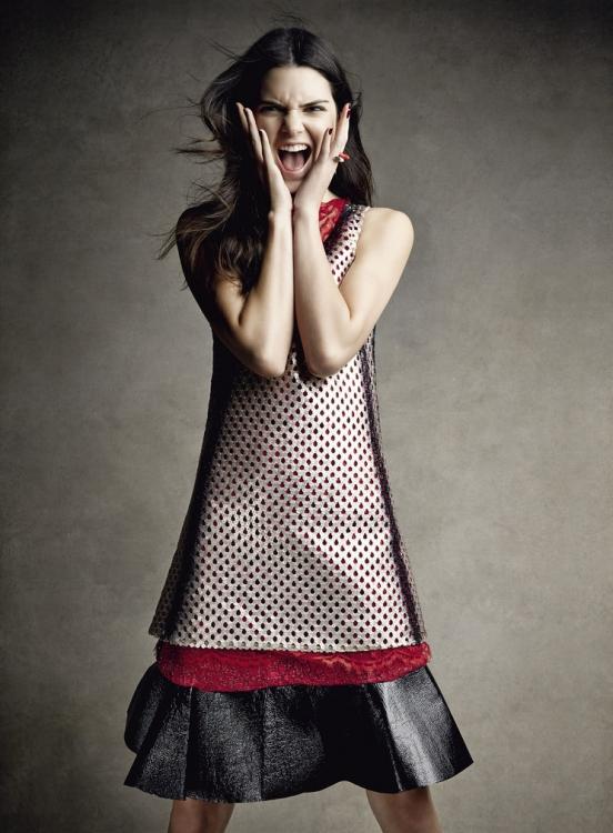 Платье из кружева, кожаная туника, расшитая пайетками, юбка из парчи с кожаной оторочкой, кольцо, металл, все – Louis Vuitton