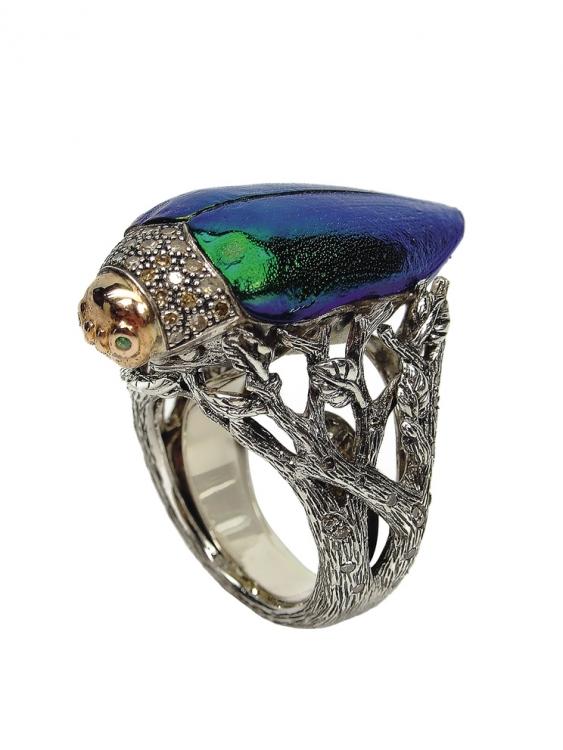 Кольцо Scarab, желтое золото, серебро, коньячные бриллианты, цавориты, крылья скарабея, Bibi van der Velden