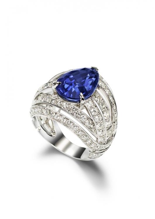 Кольцо из 18-каратного белого золота с 1 грушевидным синим сапфиром и 116 бриллиантами круглой огранки