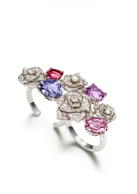 Кольцо из 18-каратного белого золота с 2 фиолетовыми шпинелями огранки «подушка», 200 бриллиантами круглой огранки, 1 розовой шпинелью огранки «подушка» и 1 овальной розовой шпинелью