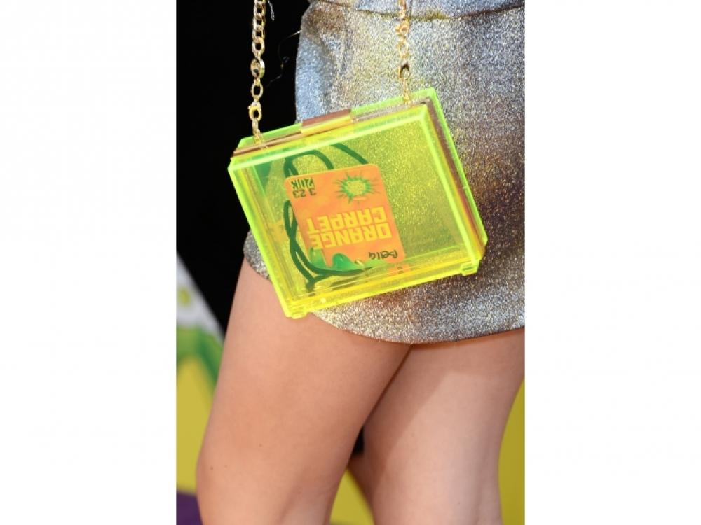 Белла Торн с клатчем Juicy Couture