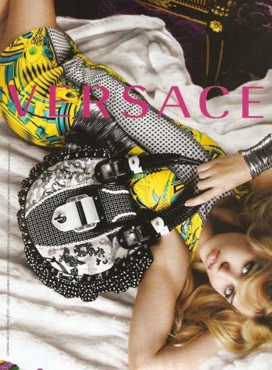 Versace, вес- на-лето – 2010. Фотограф: Марио Тестино