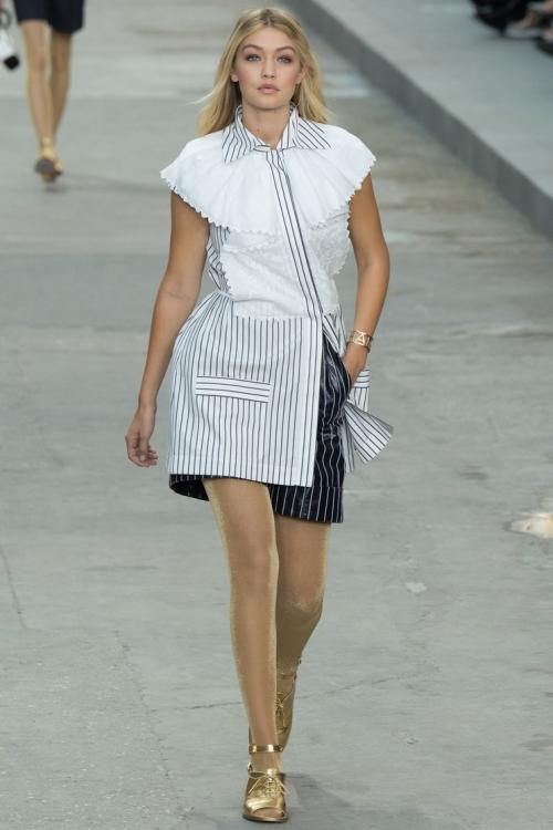 Джиджи Хадид на показе Chanel весна-лето 2015