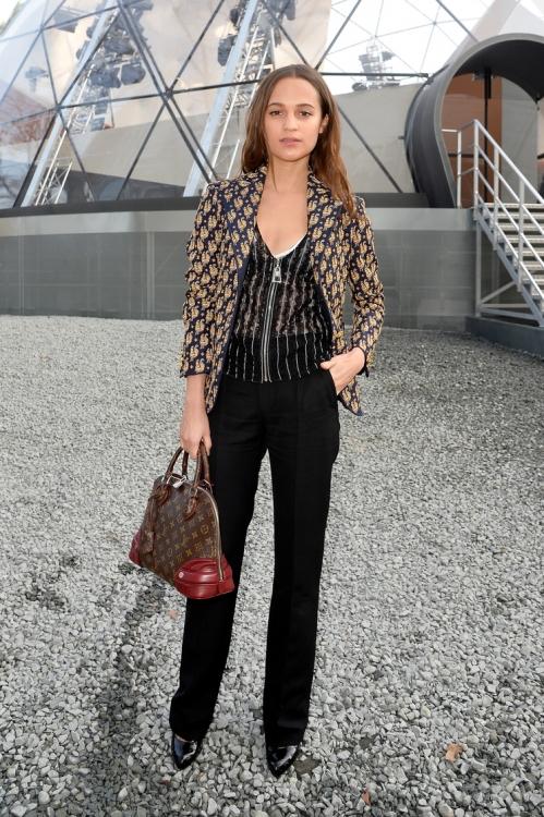 в костюме Louis Vuitton