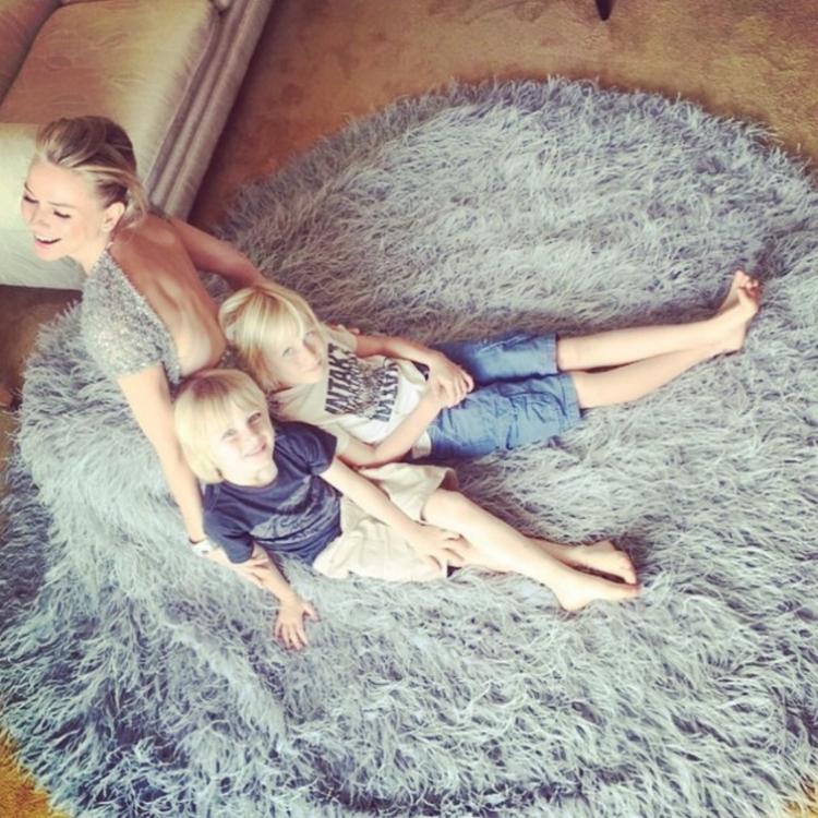Наоми Уоттс с детьми