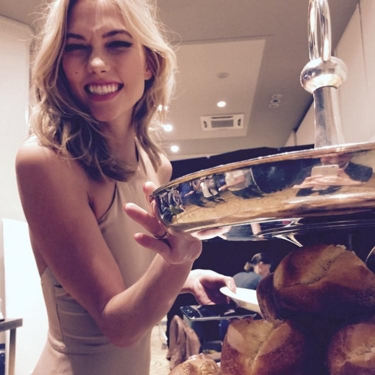 Карли Клосс делает перекус