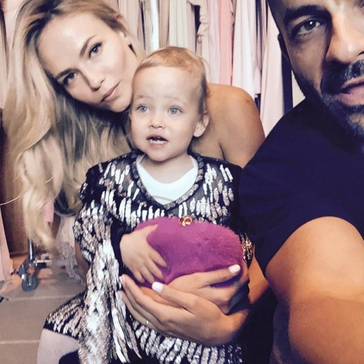 Наташа Поли с дочерью Александрой и стилистом Майклом Энджелом