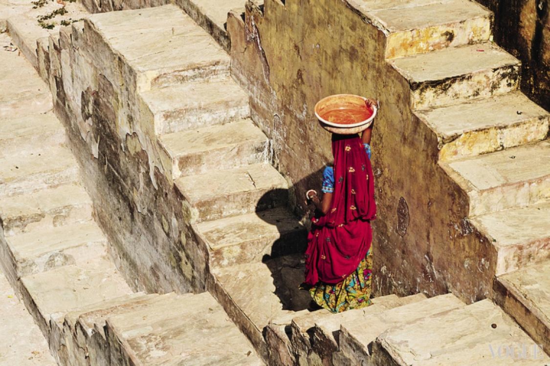 Индийские женщины испокон веков носят тяжести только на голове