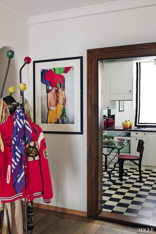 У входа, рядом с кухонной дверью, фотография из серии «Ночь и день» швейцарского фотографа Уолтера Пфайффера. На кухне плиточный черно-белый шахматный пол, подчеркивающий вкрапления красного цвета в интерьере
