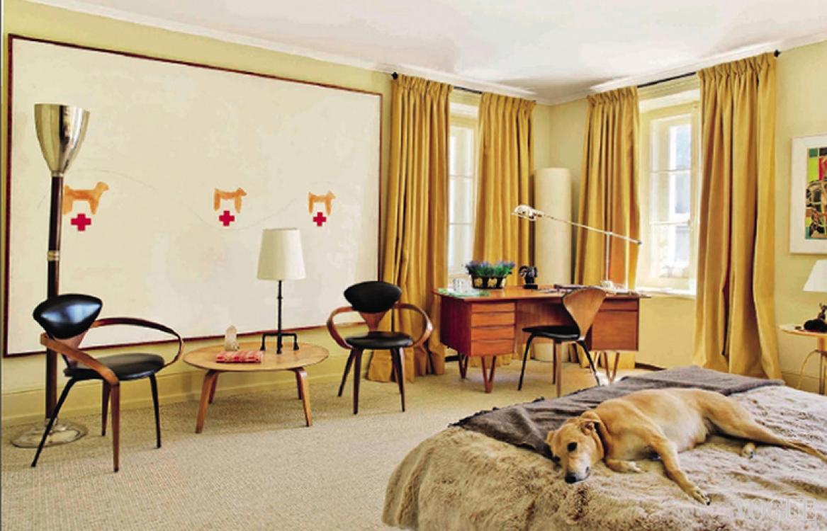 В гостевой спальне: критская гончая Лампи спит на сделанной на заказ кровати, покрытой кожей и искусственным мехом