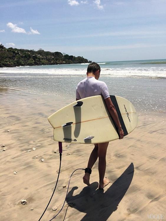 Начинать серфить лучше на короткой доске, катание на длинной сильно затягивает обучение