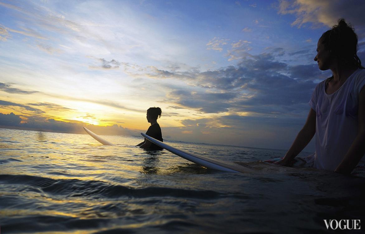 После нескольких занятий с серф-инструктором уже можно контролировать доску, делать повороты и проехать свою первую настоящую волну